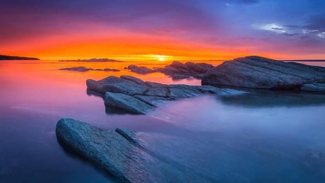 Les rives morcelées de l'île aux Lièvres au lever du soleil