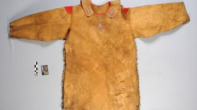 Un manteau en peau d'orignal sur une surface plane.
