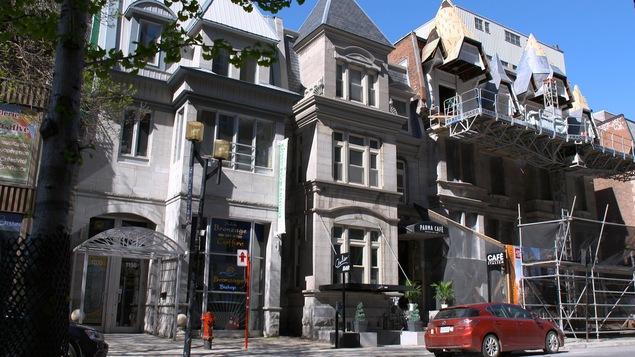 Des maisons en rangée de plusieurs étages, en pierre