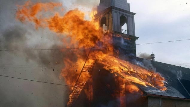 Une église est victime d'un incendie.