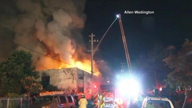 Image du feu avec les pompiers et les camions