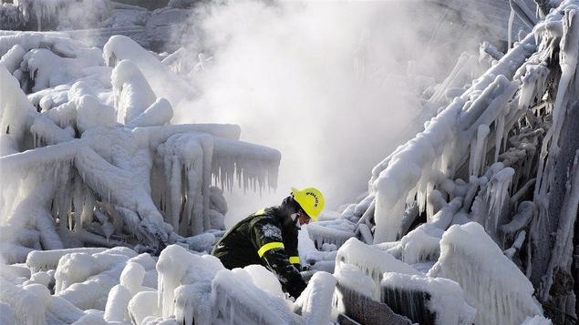 Un pompiers dans les décombres de la Résidence du Havre.