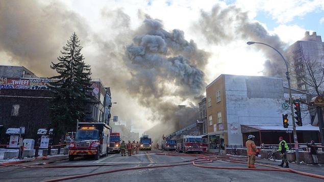 Un gros incendie fait présentement rage dans le centre-ville de Montréal