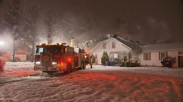 Les pompiers ont été appelés sur les lieux après qu'un témoin les ait prévenus que de la fumée sortait du toit de la maison, qui abrite un logement et un espace commercial.