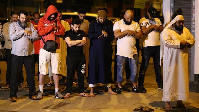 Les fidèles de la mosquée près de l'endroit de la collision dans le nord de Londres prient pour les victimes.