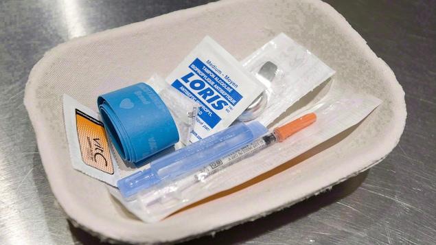 Un plateau contenant une seringue et un tampon d'alcool