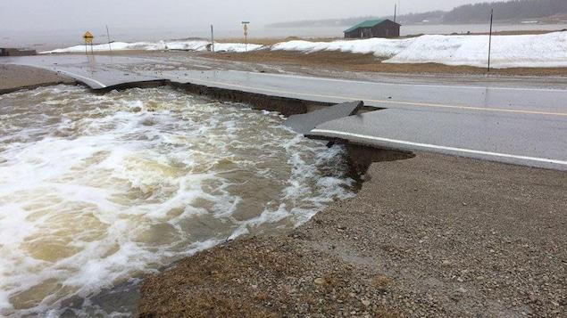 Les inondations ont eu raison d'une partie de la route à Anticosti