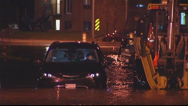 Une automobiliste s'est aventurée dans une rue inondée à Gatineau.
