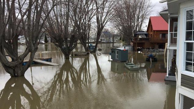 Les résidences situées en bordure du lac Saint-Pierre et de la rivière du Loup à Louiseville sont entourées d'eau.