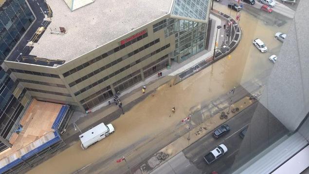 L'intersection de la rue Main et de l'avenue Portage est partiellement submergée