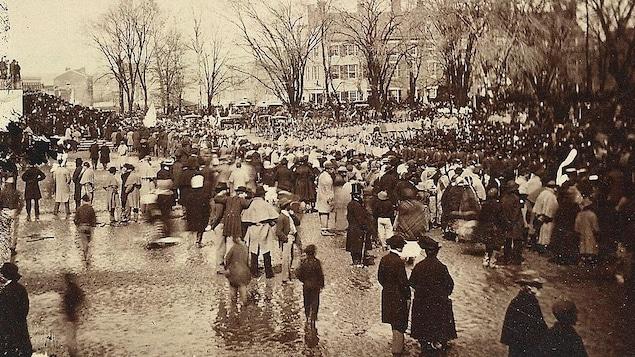 La foule rassemblée pour voir la cérémonie d'investiture d'Abraham Lincoln