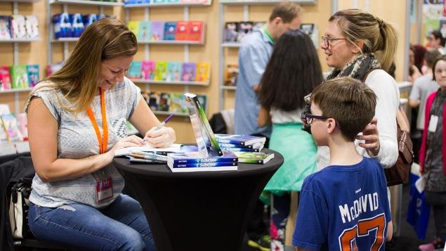 L'auteure Isabelle Roy en séance de signatures au Salon du livre de l'Abitibi-Témiscamingue