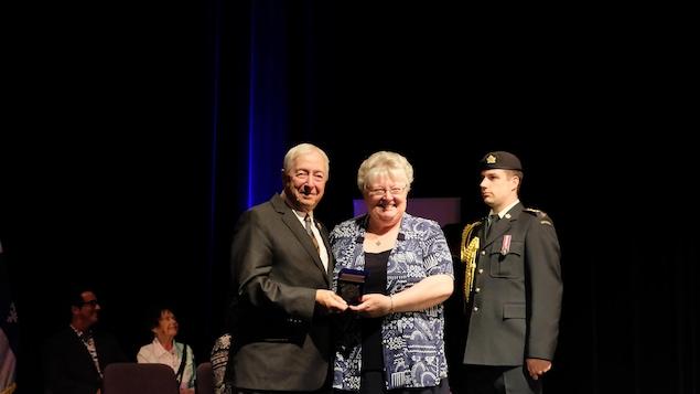 Renelle Lasalle reçoit la médaille du Lieutenant gouverneur du Québec, l'honorable J. Michel Doyon