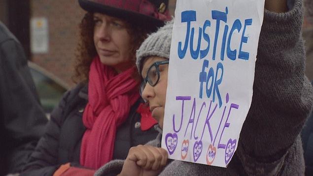 Brandissant des pancartes où il était écrit «Justice pour Jackie», l'assemblée s'est rendue à l'angle de la 17e Avenue et de la 11e Rue, à l'endroit même où Jackie Crazybull fut tuée.