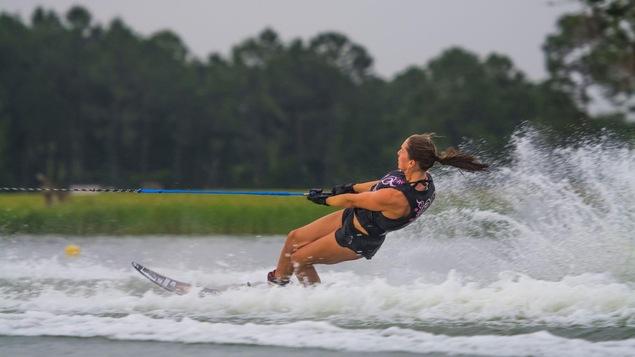 L'eau frise derrière Jaimee Bull, en ski nautique.