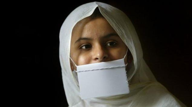Une indienne jaïn porte un masque devant la bouche pour ne pas avaler de moucherons.