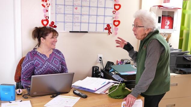 Janice Burnett (assise) discute avec Laurette Aubin . «Ce centre est un lieu de rassemblement important pour la communauté», dit Mme Burnett.