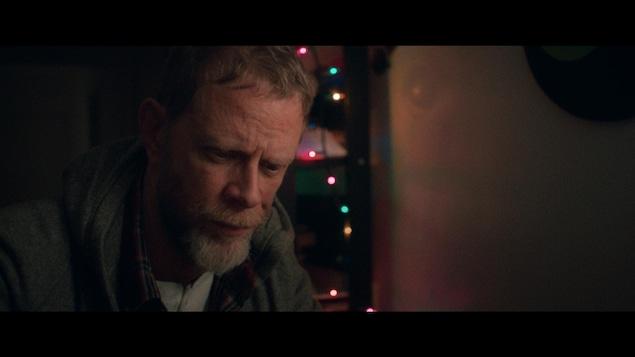 Un homme semble triste.