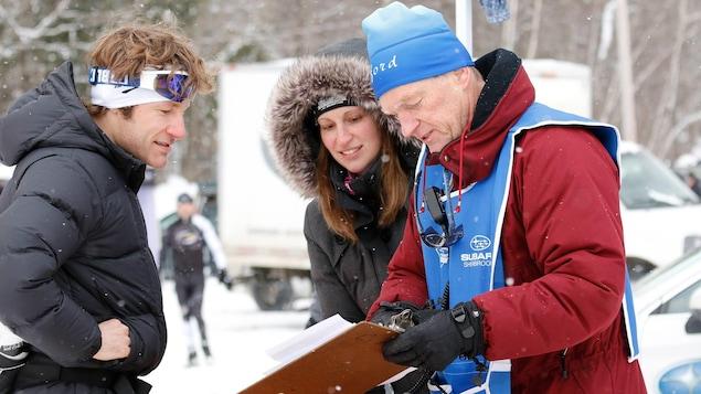 Jean Pinard s'entretient avec des gens lors d'une course de ski de fond.