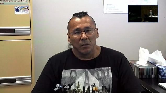 Un Autochtone s'adresse à la caméra lors d'une commission d'enquête.