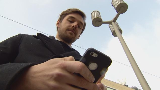 Jesse Janssen considère que le CRTC devrait exiger des fournisseurs de téléphonie cellulaire que leur demande d'autorisation par SMS soit dorénavant sécurisée.