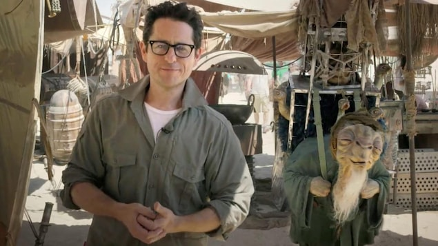 Le cinéaste J.J Abrams sur le plateau de tournage de « Star Wars : le réveil de la force » en 2014