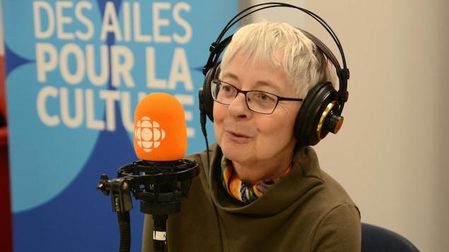 Jocelyne Saucier accorde une entrevue dans un studio d'ICI Première.