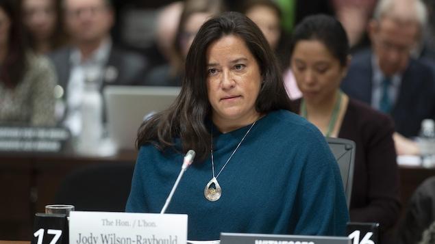 Jody Wilson-Raybould, assise, l'air sérieux, lors de la séance du comité de la Justice.