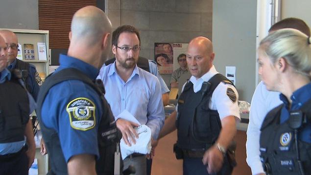Jonathan Bettez entouré d'agents.