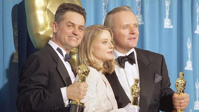 Jonathan Demme, Jodie Foster et Anthony Hopkins posent avec leurs Oscars, en 1992.
