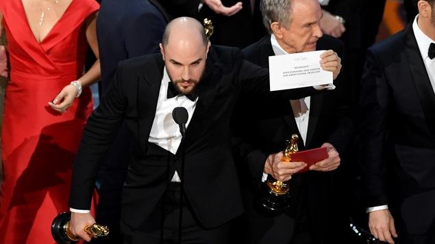 Le producteur de « La La Land » brandit la carte sur laquelle est inscrit le nom du film gagnant : « Moonlight »