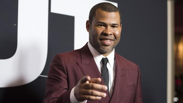Le réalisateur et scénariste de «Get Out», Jordan Peele, pointe du doigt l'objectif lors d'un passage sur un tapis rouge à Los Angeles.