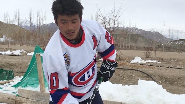 Konchok s'entraîne sur une patinoire de Leh.