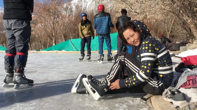 Joueuse de hockey, dans la ville de Leh
