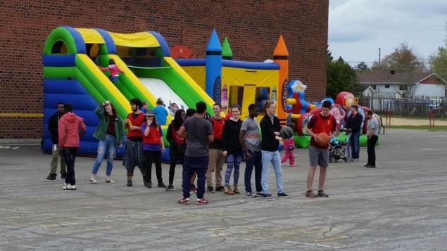 Des gens devant un jeu gonflable à l'aréna Campeau à Gatineau.