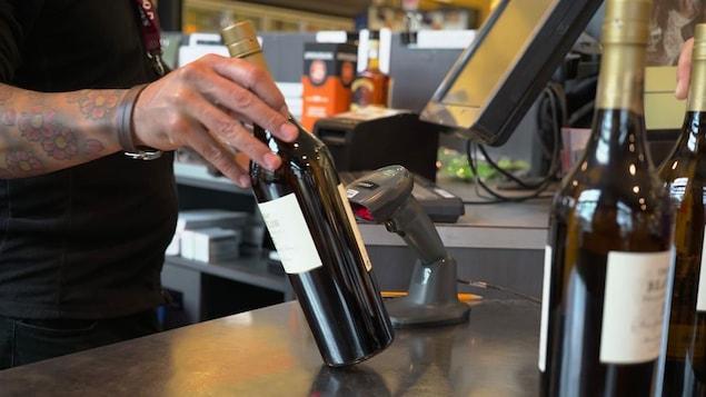 Des syndicats réclament toujours l'instauration d'une consigne sur les bouteilles de vins et de spiritueux vendus à la SAQ.