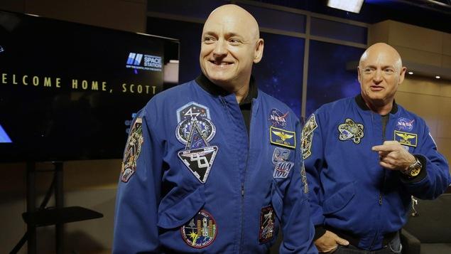 L'astronaute Scott Kelly, à gauche, et son frère jumeau, Mark, lors d'une conférence de presse à Houston, au Texas, le 4 mars 2016