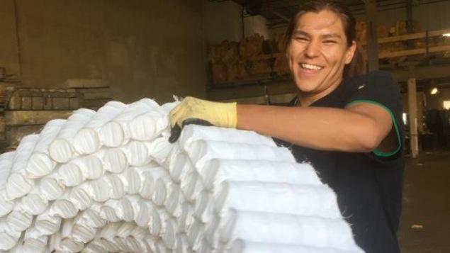 Justice Faithful est en train de recycler un matelas