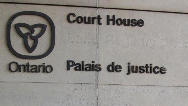 La façade d'un palais de justice.