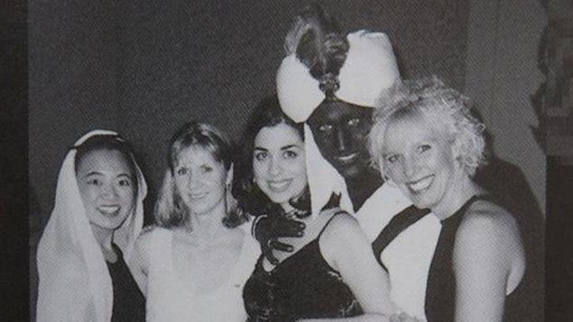 Des participants à une fête costumée.