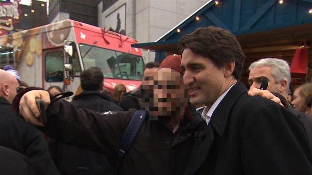L'un des jeunes qui se sont rendus en Syrie a pris un égoportrait avec le premier ministre Justin Trudeau en 2015.