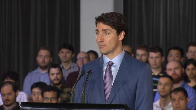 Justin Trudeau fait un discours devant une assemblée,