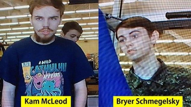 Deux hommes pris en photo par une caméra de surveillance.