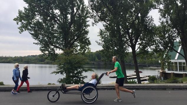 Marc Therrien pousse son père dans un Kartus, même si celui-ci n'a pas de problème de mobilité. Ils profitent de l'occasion pour faire une activité ensemble.