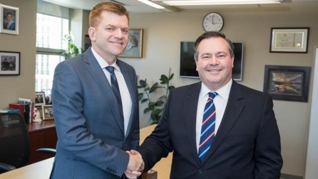 Le chef du Wildrose, Brian Jean, avec le chef du Parti progressiste-conservateur de l'Alberta, Jason Kenney