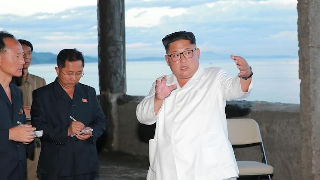Le dirigeant nord-coréen Kim Jong-un donne des conseils sur le terrain lors de sa visite à l'hôtel Yombunjin en construction.