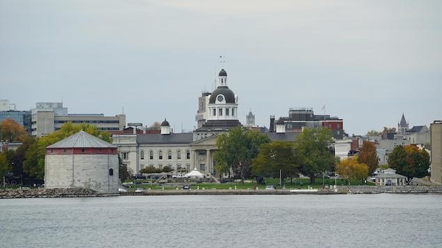 L'hôtel de ville de Kingston près du bord de l'eau