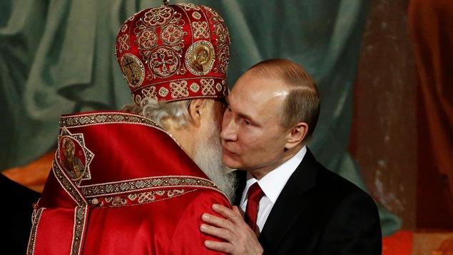 Le patriarche Kirill et Vladimir Poutine s'embrassent.