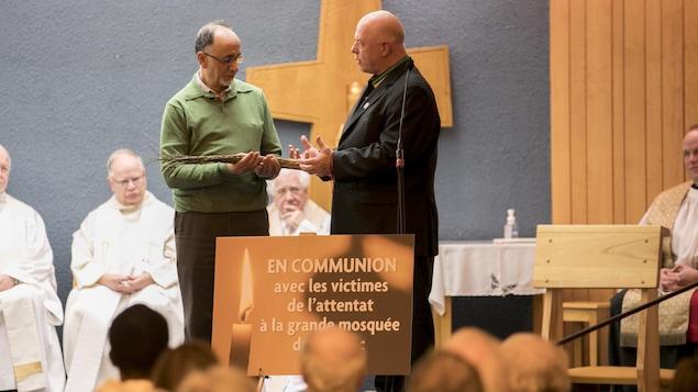 Le chef de la nation huronne-wendate, Konrad Sioui, a remis des herbes sacrées à Boufeldja Benabdallah, cofondateur du Centre culturel islamique de Québec.