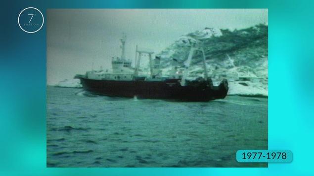 Pour avoir la permission de pêcher à l'intérieur des 200 milles marins, il faut avoir un permis de pêche qui est donné par le gouvernement canadien.